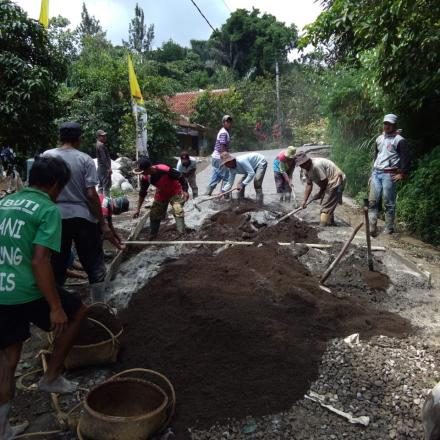 Kegiatan Pembangunan Tahap I Rabat Beton Jalan Desa Kp Walahir RW 013